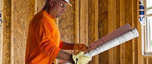 aannemer bekijkt bouwtekening
